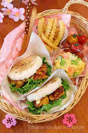 おにぎりは飽きた…というご飯派のあなた、ライスバーガーはいかがですか? ファストフード風にラッピングすれば、見た目も食べやすさも◎。 カップサラダやフレンチフライを添えて。