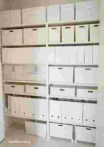 上手に収納するためにも、サイズ計測は必須です。収納ボックスやファイルボックスなど、棚のサイズにちょうどいいものを選べば統一された美しい空間があっという間に手に入ります。