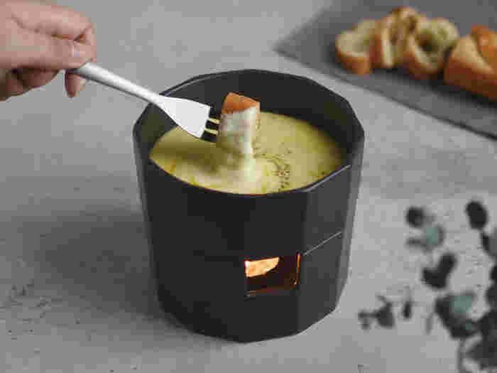 """味わいのあるマットな質感と、シャープすぎないデザインが可愛い、同じく""""KAKOMI""""シリーズのチーズフォンデュポット。ゆらゆらと揺らめくキャンドルの火がよく似合います。"""
