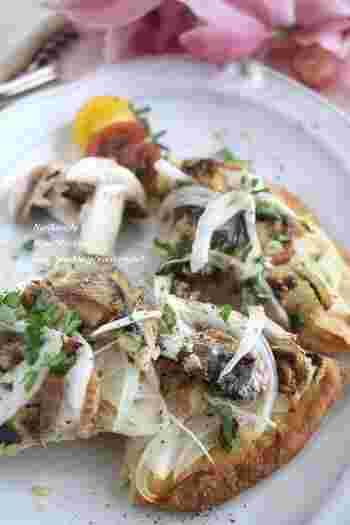 キッシュ生地を使って作るお手軽な新玉ねぎとオイルサーデインのおつまみピザ。白ワインとの相性も◎ 土台にする生地は市販のピザ生地や食パンでもOKです。