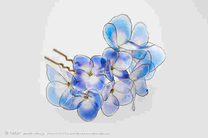 牡丹、藤と過ぎれば雨の季節へ。「水の器」と名付けられた紫陽花は、梅雨の合間に晴れた空を切り取ったような色。 Photo by Ryoukan Abe (www.ryoukan-abe.com)