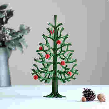 """こちらはフィンランドのバーチ材で作られたナチュラルなクリスマスツリー""""lovi""""。使われている木材も100%フィンランド製なんです。組み立て式なので、シーズンオフには取り外して、コンパクトに収納しておくことが出来る優れもの。"""