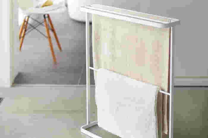 タオルをかける場所に困った時には、個別のアイテムを使うのもおすすめ。スリムなタオルハンガーなら、タオルを収納するだけでなく、タオル干しとしても活躍してくれます。