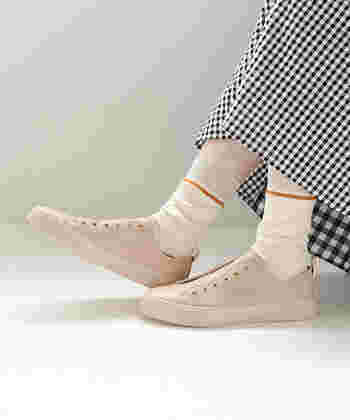 紐なしでスリッポン感覚ですっきり履けるフェイクレザーのスニーカーです。季節を問わず使えて、履きやすくどんなスタイルにもしっくり馴染みます。