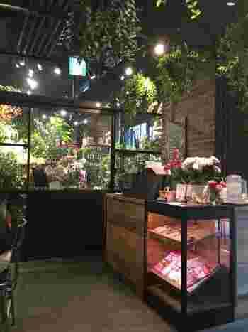 青山フラワーマーケットとTEA HOUSEは自由に行き来できます。