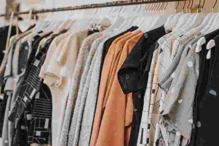 サステナブルファッションという言葉もある程、ファッション業界でも早くからこの活動が注目されてきました。流行があり、まだ着れるのに廃棄されることが多いお洋服。出来ればリサイクル素材のアイテムを選んでみませんか。トップブランドでも使われ始めたリサイクル素材。実は以外に身近なお店でも手に入るので、ぜひ注意してチェックしてみてくださいね。
