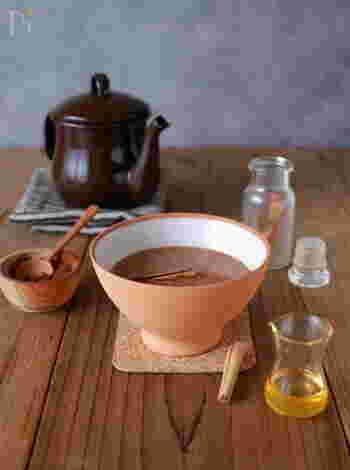 純ココアにシナモン、カルダモン、ジンジャーの各パウダーを加えることでポカポカ効果がさらにアップ!甘味はちみつでプラス。満腹感も得られて、おやつ代わりになる一杯。