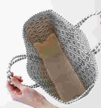 取っ手部分は一周しており、しっかりとした作りです。内側は仕切りやポケットはなく、自由に使うことができます。