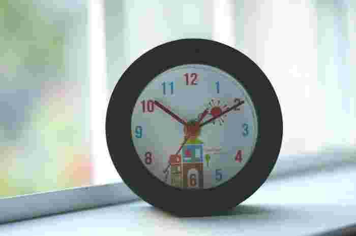 文字盤のイラストが絵本の1ページのような目覚まし時計。外枠がシンプルな分、時計部分が際立って雰囲気があります。寝る前のひととき、ほっこりとした気持ちになれそうですね。