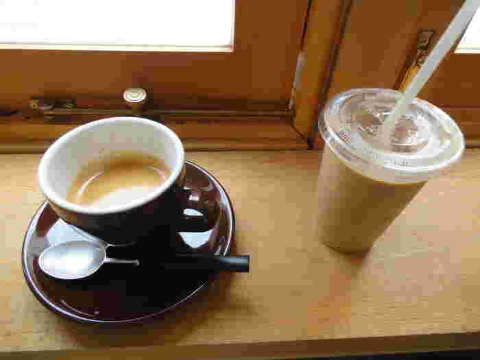 香り高いコーヒーをじっくりいただくのも至福の時。また、暑い日は冷えたアイスラテをグッと飲み干すのもおすすめです。