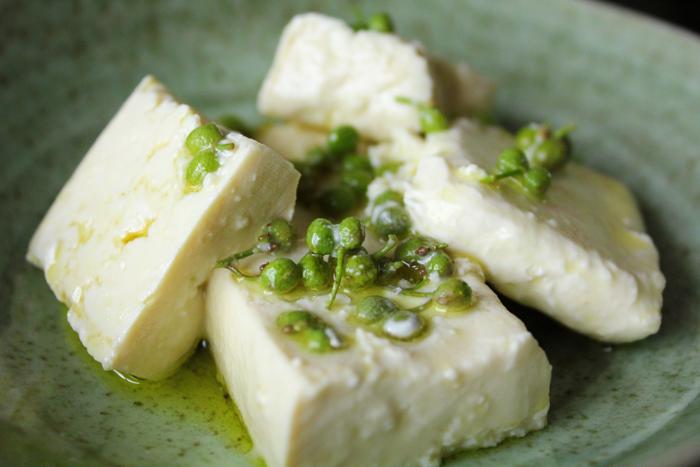 しっかり水きりした木綿豆腐に、青山椒としょう油を効かせて。冷奴とは違い、チーズのような食感に変わります。新しい豆腐の美味しさをお楽しみください。