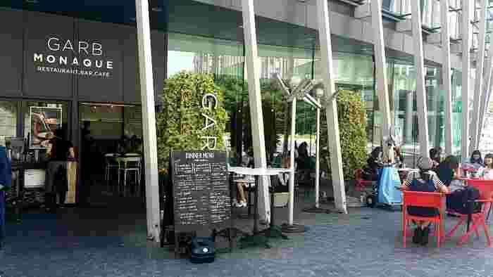 グランフロント大阪うめきた広場1Fにあるおしゃれなカフェ。にぎやかで、お子さま用椅子や食器もありベビーカーでも入ることができるので、子連れでも安心です。