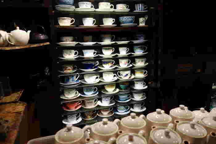 カウンターの奥に大切に並べられたカップの数々。高級カップからアンティークカップまで数百はあると思われる姿はとても美しいですよ。お客様に合ったカップで提供されるので、どんなカップが選ばれるかドキドキする時間もまた一興です。