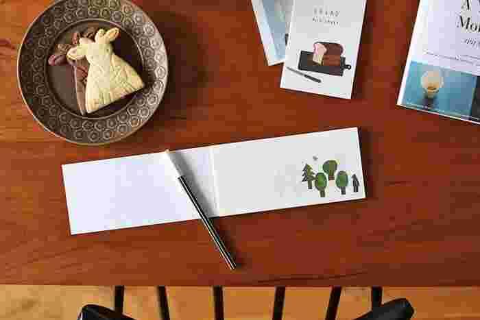 一筆箋を使って、きちんとお礼をしたため、作品に同梱するのもおすすめ。その際には、裏移りに気を付けて、一枚ずつカットしてから書くか、下敷きなどを入れて、次の人にメッセージがうっすらと伝わってしまうのを避けるようにしましょう。