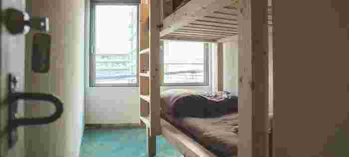 二段ベッドが置かれた個室のツインルーム。横並びのベッドの従来のツインルームと違い旅のワクワク感が強まりそうですね☆窓は東向きで朝日が望めます。
