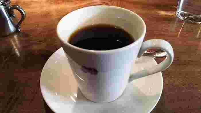 コーヒーメニューは、『浅煎り珈琲』『深煎り珈琲』『カフェオレ』ほか。季節ごとに『春煎り』『冬煎り』も登場。豆の購入も可能です。