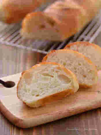 パンといえばフランスパン♪シンプルだけど、噛めば噛むほど味わいが感じられます。焼く前にたっぷりと霧吹きで水をかけて。