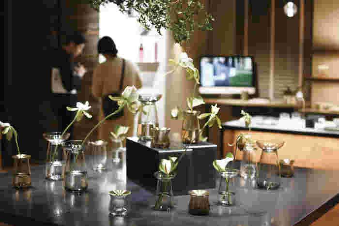 テーブルの上を邪魔しないように、センスのある花器にお花を一輪。それだけで癒やしの空間が生まれますね。