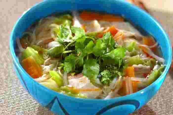 まず具材をスープで煮てから、そのままお鍋にそうめんを投入!お鍋ひとつで作れる具だくさんのにゅうめんは、エスニック風に仕上げて、いつもとちょっぴり違う味わいに。