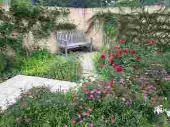 北アルプスの美しい英国庭園「白馬コルチナ・イングリッシュガーデン」。色とりどりの花々に、うっとりしてしまいそう。 まるで絵本に出てくるような園内。いい香りに包まれて、ゆっくりと散歩してみたいですね。  ガーデンショップでは苗やグッズの販売もしているのだとか。