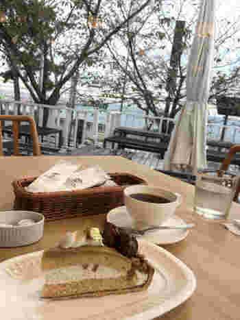 海が見えるテラス席で頂くタルトやケーキは格別。テイクアウトができるので、須磨浦山上遊園でピクニックをしてもいいですね。