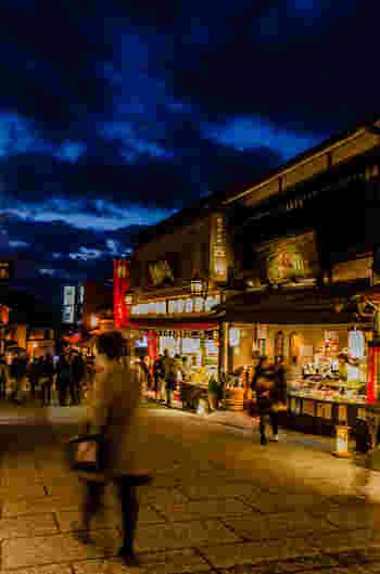 「清水坂」は、清水寺へと通じる、今も昔も心躍る坂道。伝統工芸京焼・清水焼を扱う陶器店や民工芸品店、老舗の和菓子店や食事処、土産物店が軒を連ねています。 【この章で紹介するのは、清水坂と、清水坂・五条坂・茶わん坂沿いの店です。】
