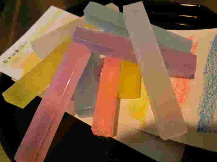 """""""しゃりっ、つるっ""""とした独特の食感が楽しめる琥珀糖は、宝石のようなその見た目からSNSなどでも大人気!美しい色それぞれに、ジャスミン・カモミール・ラベンダーなど5種のフレーバーが楽しめます。"""