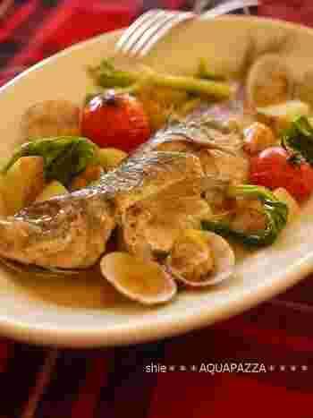 地中海のごちそう、アクアパッツァを身近な材料で食卓に。魚介のダシが凝縮したスープには、プチトマトの爽やかな酸味がよく合います。