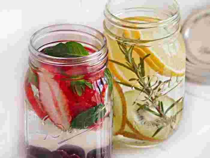 お水に果物や野菜、ハーブなどを使い、風味をつけたフレーバーウォーター。ソフトドリンクやお茶、紅茶よりも味付けが薄いので、お砂糖やカフェインが気になる方でもゴクゴクたっぷりと水分補給できます。