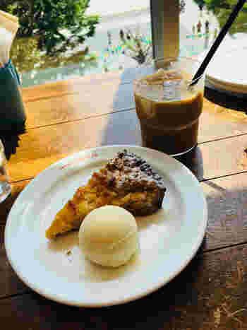 カフェ自慢のコーヒーと共に、スイーツはいかがですか?ほろ苦さと酸味のバランスが絶妙な甘夏のタルトに、濃厚なバニラアイスがまろやかにマッチ。