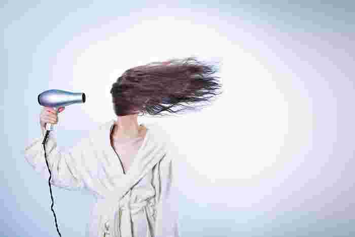早く乾かしたい一心であらゆる方向からバサバサっと適当に乾かしていませんか?じつはドライヤーの当て方にもコツがあるんです。それは、毛流れに沿って(髪の根元から毛先に向かって)ドライヤーの風を当てること。キューティクルの向きは根元から毛先に向かっているので、それに沿って風を当てることが大切なんです。