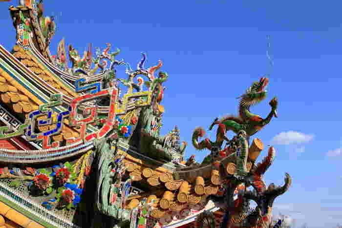 本殿の屋根には、神様と皇帝の建造物にしか使われない黄色い屋根瓦と龍が天に向かってそびえ立っています。台湾から宮大工をわざわざ呼び寄せたという建物は、どれも繊細で色鮮やか。