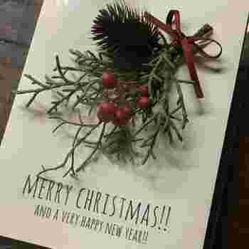 ブルーアイス・ノグルミ・ナンテンのミニスワッグをカードにつけて。ドライフラワーならではの質感とブルーアイスの爽やかな香りを楽しめます。プレゼントに添えれば、クリスマスのわくわく感まで届きそうですね!