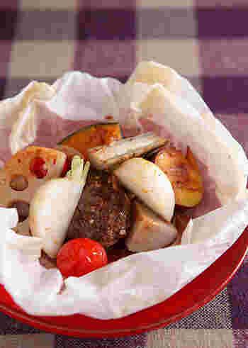 ハンバーグと、里芋・れんこん・かぼちゃ・さつま芋・ごぼうなどのたっぷりの野菜をクッキングシートに包んでオーブン焼きにします。うまみが逃げず、ジューシー!パーティーなどのご馳走メニューにもなりますね♪