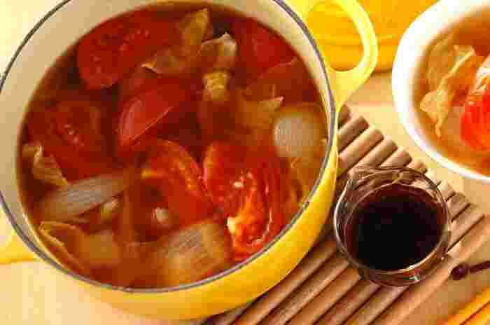 コンソメで作るシンプルな洋風鍋は、具材もキャベツ・トマト・ベーコンなどで洋風に。にんにくしょうゆのタレがよく合い、味のアクセントになります。