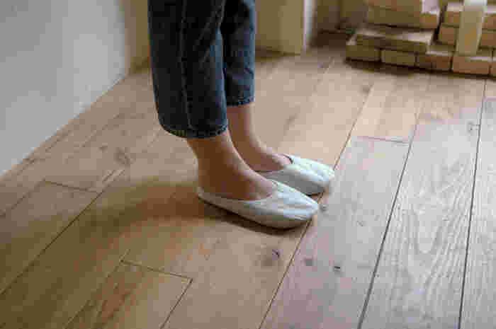 和紙を加工したスリッパは独特の質感が春夏の装いに似合いそう。部屋履きとして、旅行先にも持っていきやすい。