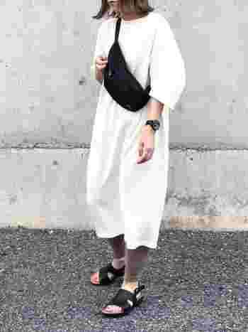 白のスウェットワンピースに、濃いベージュのレギンスを合わせた着こなしです。モカ系のベージュカラーは、薄ベージュよりもパンツ風に履きこなせるので、レギンス初心者さんにもおすすめ。小物は黒でまとめて、一体感を演出しています。