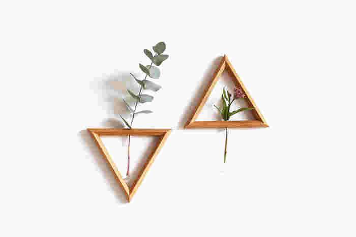 なんとまあ、この三角は、壁に飾れるフラワーベースなんです。 上向きにも下向きにも飾ることができて、飾る花によってもいろいろな顔を見せてくれる花瓶。 生花が壁に飾れるなんて、驚きと喜びが入り混じります!