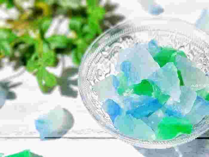涼しげな青とグリーンの琥珀糖は、あえて不揃いにちぎることでより鉱石のような風合いになります。外のシャリシャリ感と中のとろりとした食感を楽しみたいですね。