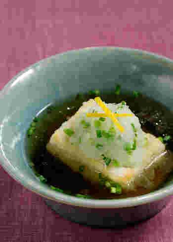 揚げ餅をすまし汁と合わせた、新鮮な発想のお雑煮。焼き餅や煮たお餅とは違う、独特の食感も魅力です。まるで揚げ出し豆腐のような見た目の揚げ出し餅は、おもてなしの一品にするのも話題性があっていいですね。
