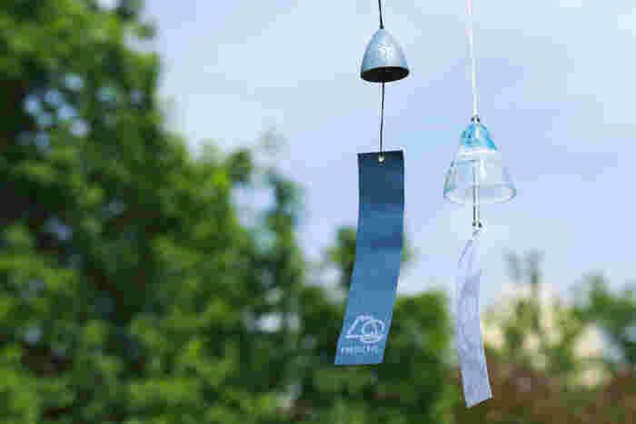 日本の夏の風物詩である風鈴。今回は、青森と岩手から素材の違う2タイプをご紹介。  [左](南部鉄器 風鈴 岩鋳)\1,100 岩手県盛岡市の代表的な伝統工芸、南部鉄器のトップメーカーである「岩鋳(いわちゅう)」の風鈴。伸びやかで澄んだ音色を楽しめます。  [右](津軽びいどろ 風鈴 北洋硝子)\2,000 色あざやかな「津軽びいどろ」で海風を表現した清涼感あるデザインが夏にぴったり! 手作りの風合いが生きた厚手の硝子は、日差しを浴びると清々しい輝きを放ちます。