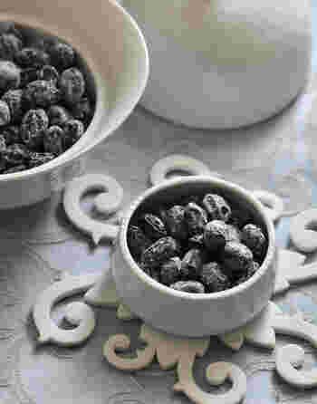 あまりがちな黒豆も、お茶請けに大変身。蜜を切った黒豆をオーブンでシワができる程度焼くだけ。粉糖をまぶすとよりおしゃれになりますよ。