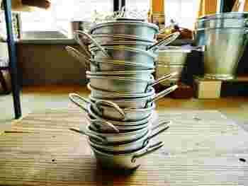 マッコリカップは取っ手が付いているけれど、スタッキング可能なのがすごいところ!その秘密はフライパンのように取っ手が縁近くに付いているから。複数持ちしてもすっきりお片付けできます。