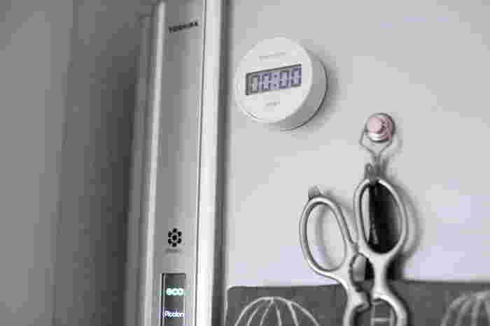 キッチンタイマーには、いろいろなデザインのものや機能的なものがたくさんあります。そんな中、今回ご紹介する無印良品の「ダイヤル式キッチンタイマー」は、無駄をとことん省いたシンプルなデザインが素敵。