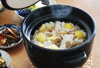 """ご飯が美味しく炊けた後は、""""おひつ""""や""""保存器""""の役割をこなす優れもの。一度で食べきれなくても、土鍋にご飯を入れたまま冷蔵庫へ入れ、電子レンジで温めなおせば炊き立てのような味わいが復活する、便利な土鍋です。"""