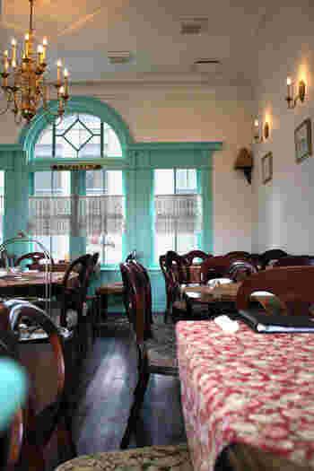2階のティールーム。シャンデリアにレースのカフェカーテン、そして花柄のクロス。アフタヌーンティーセットなども本格的で、英国式の優雅なお茶の時間を存分に堪能することがきます。