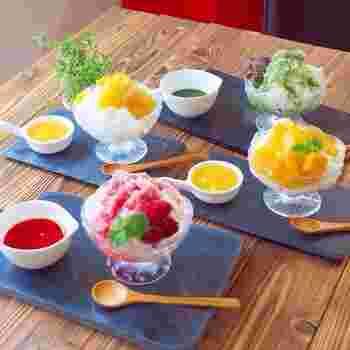 これからの季節は「かき氷」が美味しい季節ですが、今年はかき氷とシロップを自宅で手作りしてみませんか?こちらは苺・マンゴー・パイナップル・抹茶の4種類のシロップと、牛乳と練乳を合わせた牛乳氷のレシピです。写真のように何種類も作ってテーブルに並べれば、まるでお店のような楽しい雰囲気に*どのシロップも簡単に作れるので、初心者さんにもおすすめです。