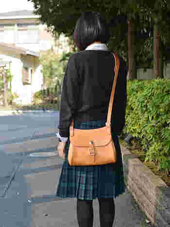 職人自身が旅に使いたいをコンセプトにしたショルダーバッグ。 長財布、文庫本、キーケース、ハンカチに携帯が丁度のサイズ感なので、お出かけに必要な物がコンパクトに持ち歩けます。