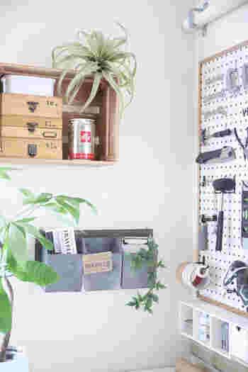 ヴィンテージな雰囲気漂う、おしゃれな壁面ボックスには、新聞や手紙、小物などいろいろと収納して使えそう。