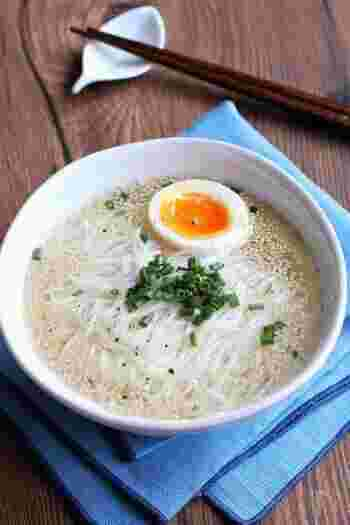 にゅうめんなら、うどんのように長めに煮込まなくても消化しやすくなります。時短に繋がりますし、丁度いい具合に満足できてぴったり。スープに悩むなら、鶏ガラスープを使ったこちらのレシピをどうぞ!